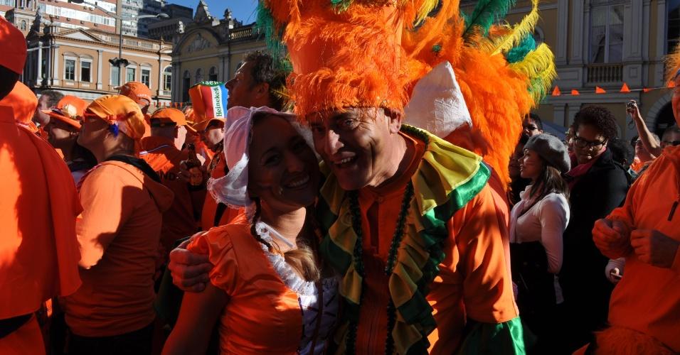 Torcedores holandeses se vestem de forma inusitada para a partida contra a Austrália em Porto Alegre