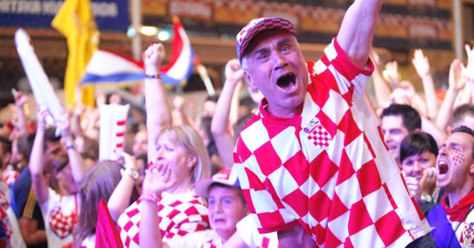 Torcedores que acompanham jogo nas ruas de Zagreb comemoram um dos gols da Croácia sobre Camarões