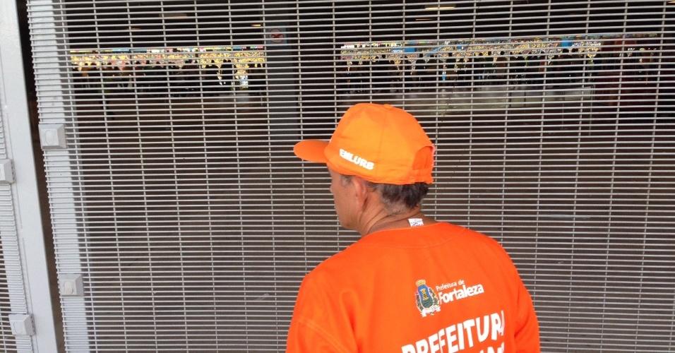 Torcedores que não tinham ingressos conseguiram ver o jogo pelos espaços de uma grade no Castelão