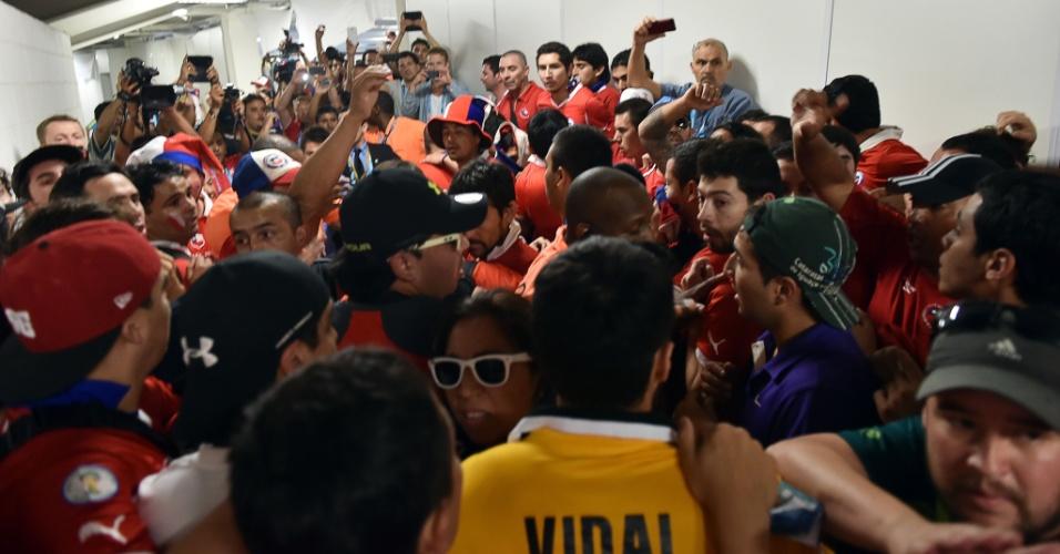 Torcida chilena causa muita confusão no centro de imprensa do Maracanã após tentativa de invasão ao estádio