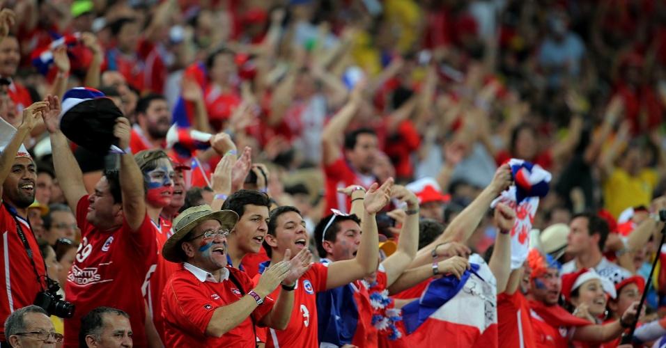 Torcida chilena faz a festa na vitória contra a Espanha, no estádio do Maracanã