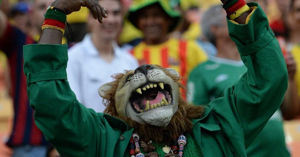 Torcedores fantasiados animam a Arena Amazônia antes do jogo entre Camarões e Croácia