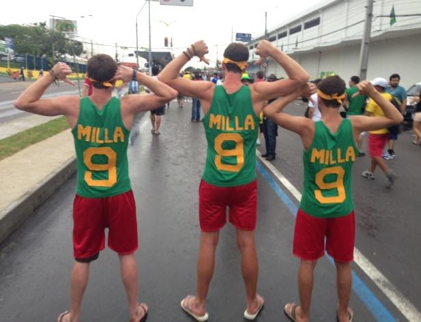 Trio de ingleses confeccionou camisetas para homenagear o ídolo Roger Milla