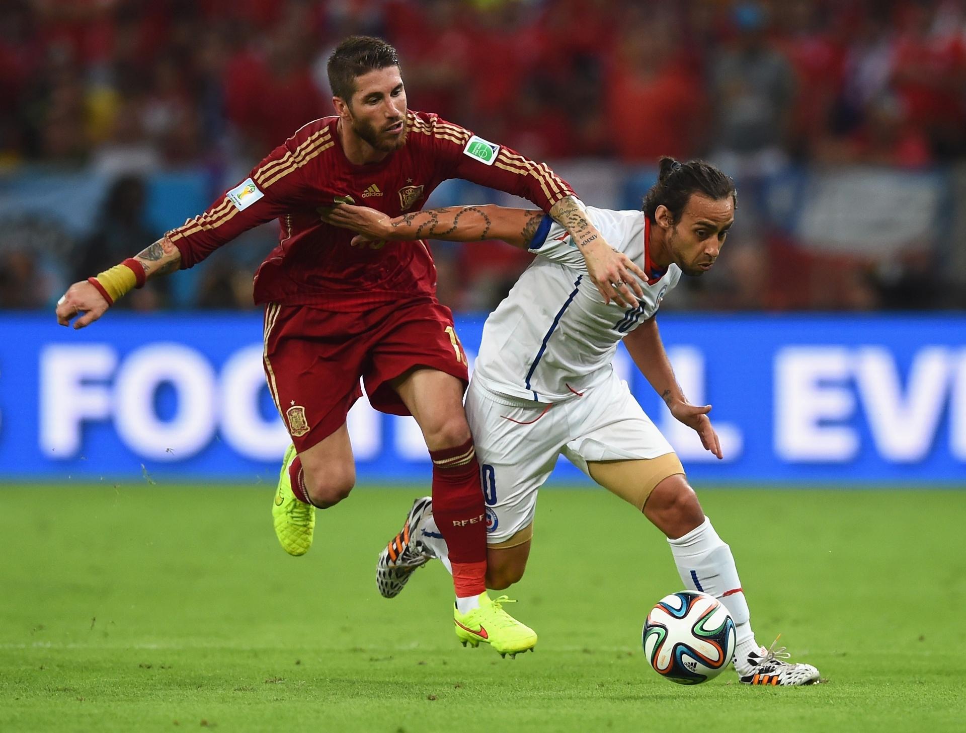 Valdivia divide a bola com Sergio Ramos na vitória chilena sobre a Espanha por 2 a 0 no Maracanã