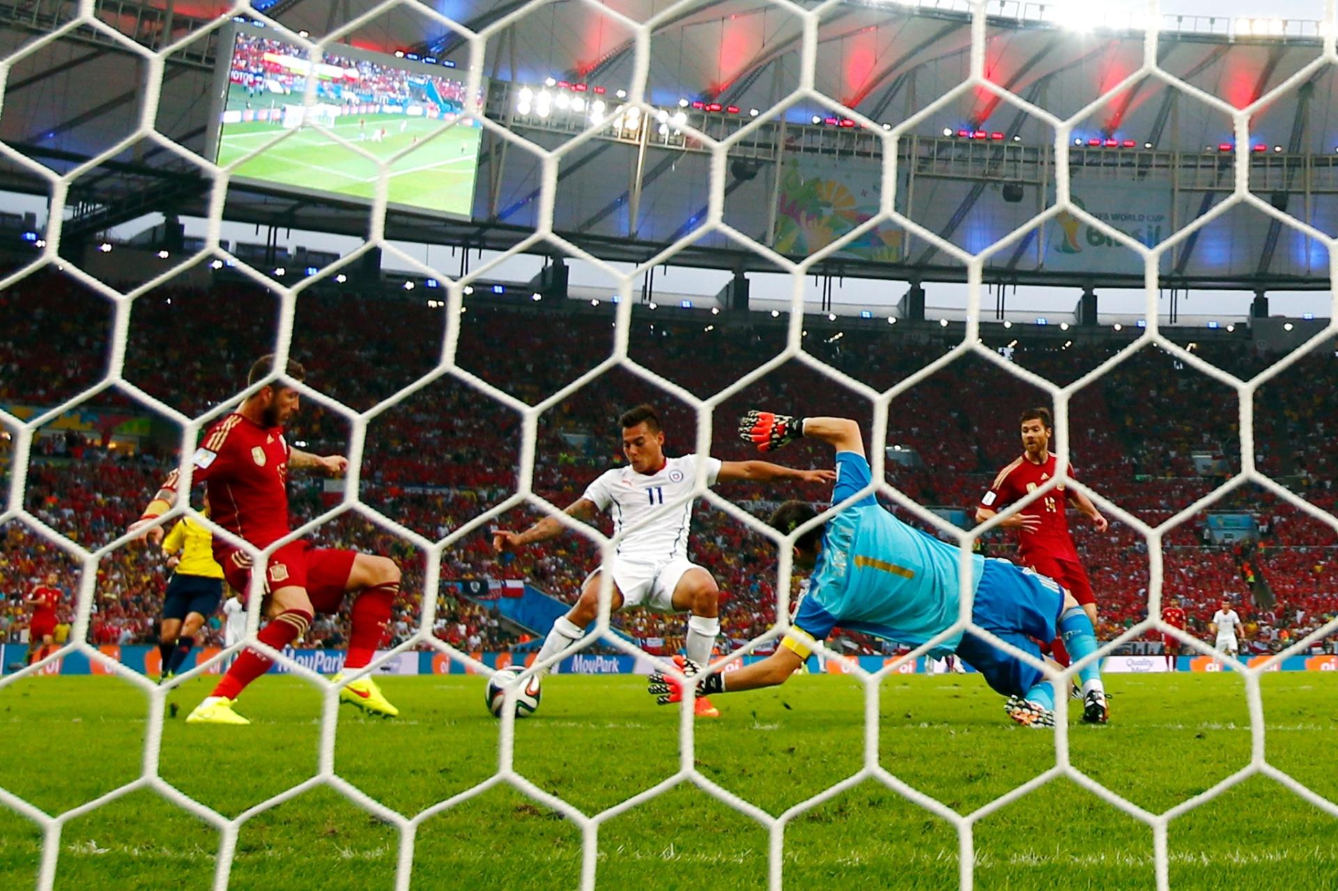 Vargas aproveita cruzamento e marca o primeiro do Chile contra a Espanha, no Maracanã