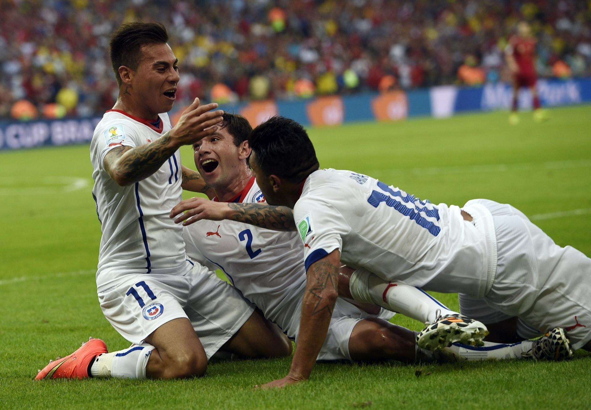 Vargas comemora com seus companheiros chilenos após marcar o primeiro na vitória por 2 a 0 contra a Espanha