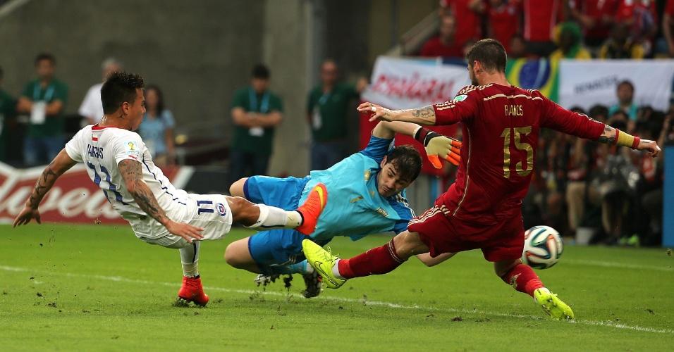 Vargas recebe passe de Aranguiz dentro da área, finaliza e abre o placar para o Chile contra a Espanha