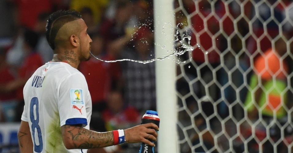 Vidal ajudou o Chile a vencer a Espanha pela segunda rodada e garantir a classificação para as oitavas de final da Copa