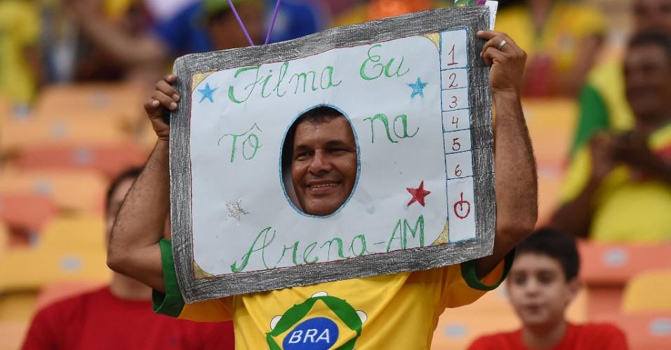 18.jun.2014 - Ele pode não aparecer no teão da Arena Amazônia, mas criou sua própria telinha para curtir o jogo entre Croácia e Camarões