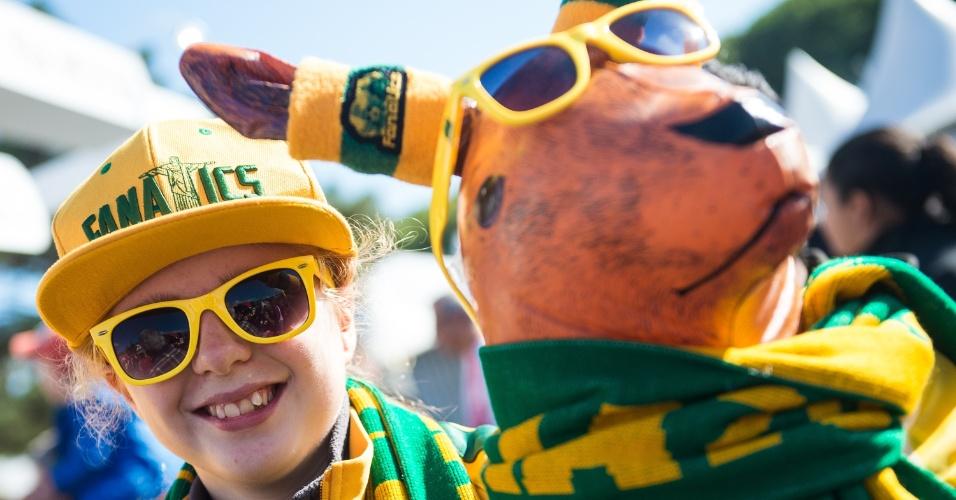 18.jun.2014 - Esta torcedora da Austrália fez questão de deixar seu canguru bem produzido para dar sorte contra a Holanda
