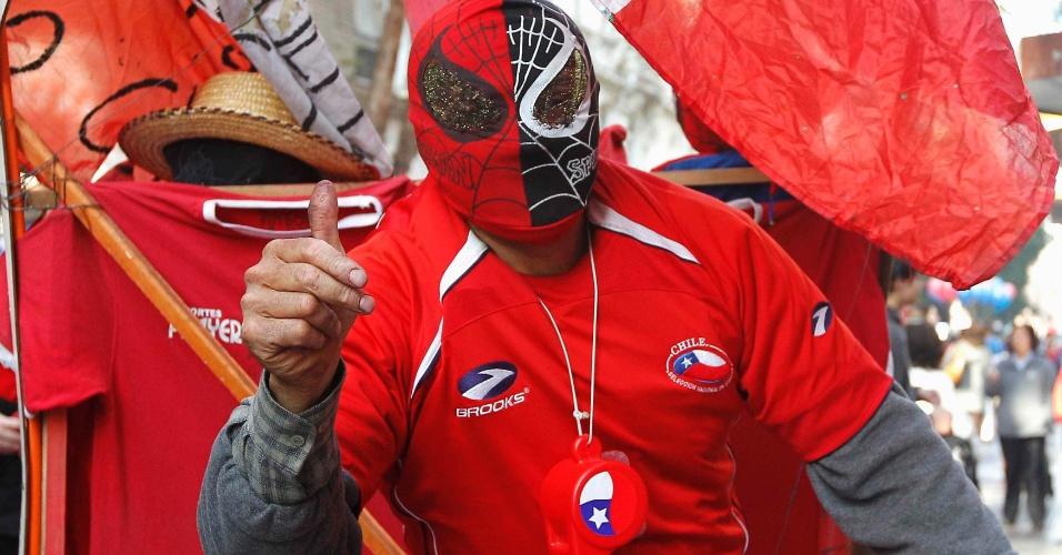 18.jun.2014 - Mais um segredo de super-herói revelado: não é que o Homem Aranha torce para o Chile?