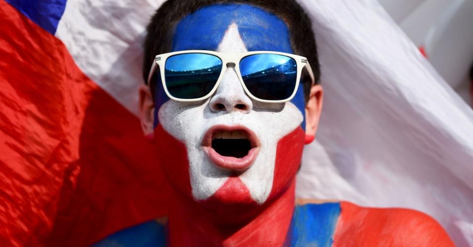 18.jun.2014 - Torcedor chileno caprichou ao pintar seu corpo para torcer pela Roja contra a Espanha