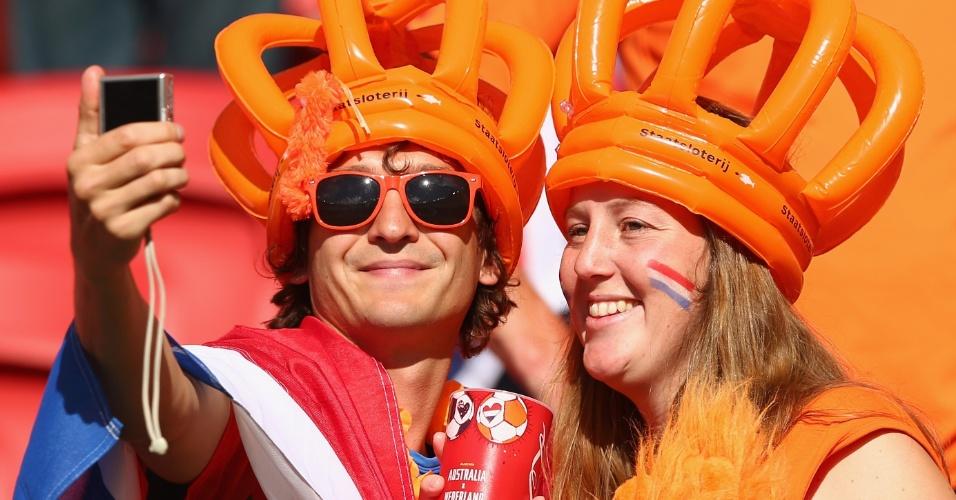 18.jun.2014 - Torcedores holandeses tiveram um dia de rei e rainha com a bela vitória por 3 a 2 sobre a Austrália