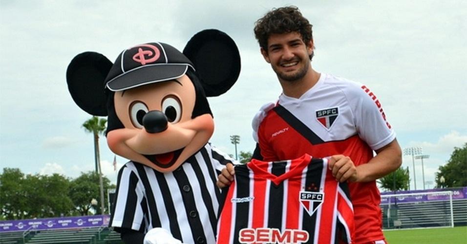 19 jun. 2014 - Alexandre Pato recebe visita do personagem Mickey durante treinamento do São Paulo nos Estados Unidos