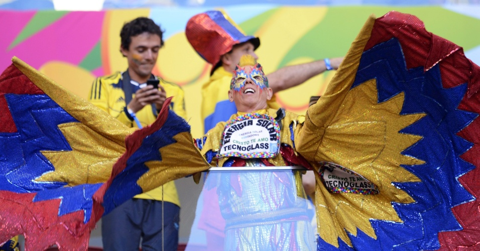 19.jun.2014 - Coitado de quem assistir ao jogo entre Colômbia e Costa do Marfim ao lado deste torcedor. Será que vai dar para ver alguma coisa?