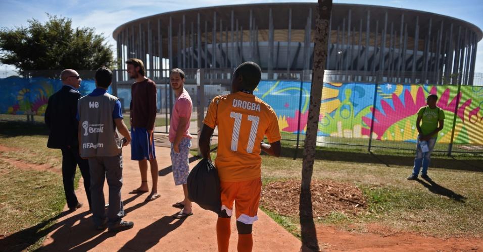 19.jun.2014 - Didier Drogba começa o jogo contra a Colômbia mais uma vez no banco de reservas. Mas o técnico Sabri Lamouchi não precisava ser carrasco a ponto de fazer o craque da Costa do Marfim chegar ao estádio Mané Garrincha a pé