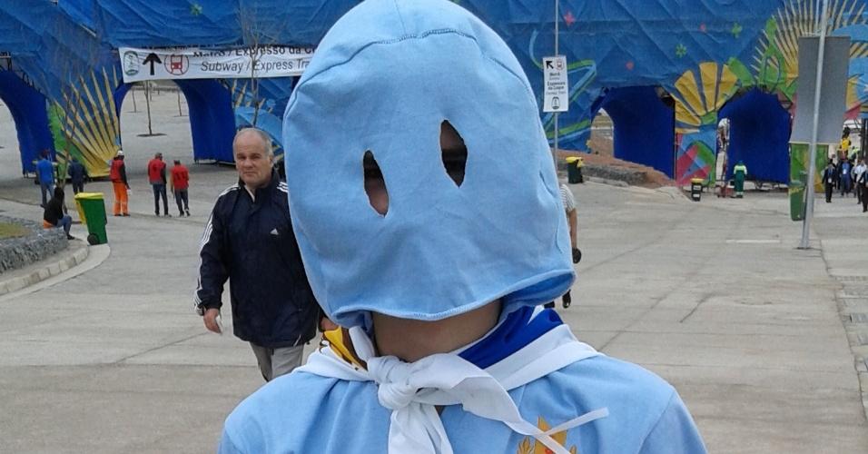 """19.jun.2014 - Fantasiado de """"Fantasma de 50"""", torcedor uruguaio chega confiante ao Itaquerão para o duelo contra a Inglaterra"""