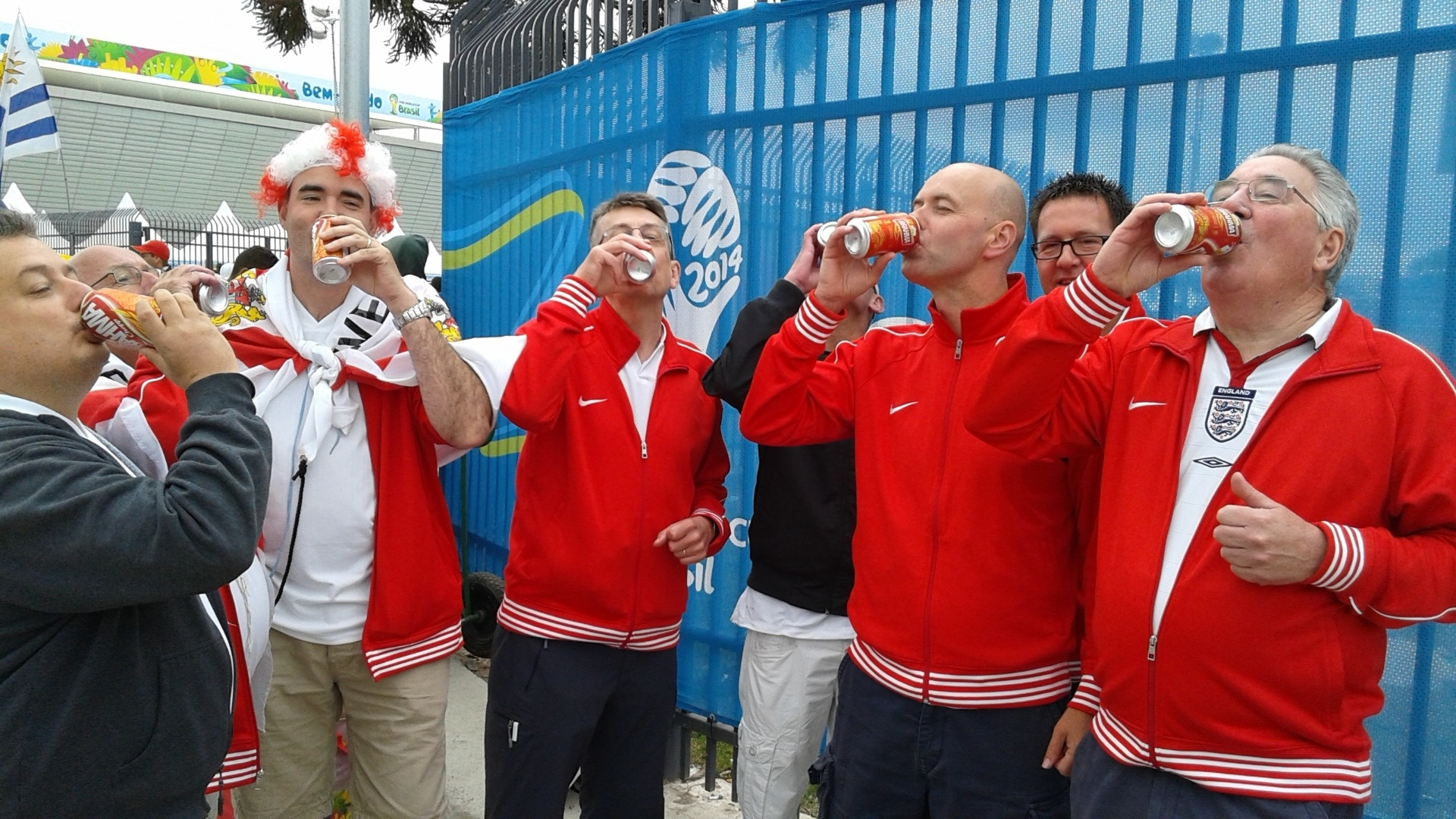 19.jun.2014 - Ingleses bebem cerveja na entrada do estádio, apesar do frio que faz em São Paulo nesta quinta-feira