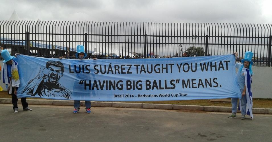 """19.jun.2014 - """"Luis Suárez os ensinou o que 'ter culhões' significa"""", diz o cartaz em uma tradução mais comportada. O astro uruguaio faz sucesso no futebol inglês defendendo o Liverpool"""
