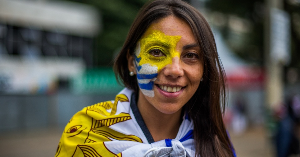 19.jun.2014 - Na Fan Fest de São Paulo, a torcedora levou a bandeira uruguaia nas costas e na pele