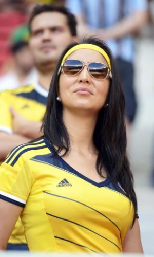 19.jun.2014 - O detalhe da faixa amarela no cabelo deixou a torcedora colombiana ainda mais bela