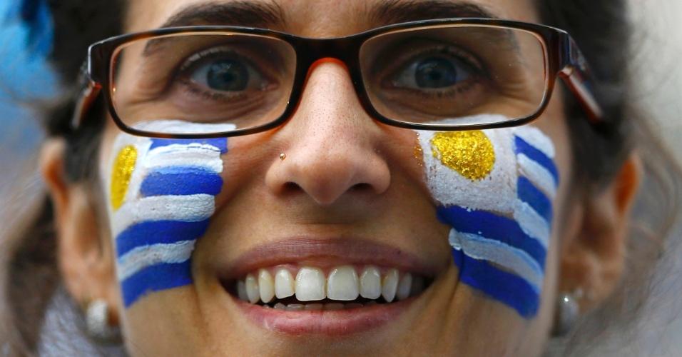 19.jun.2014 - Os óculos só acrescentaram charme a esta bela torcedora uruguaia no Itaquerão