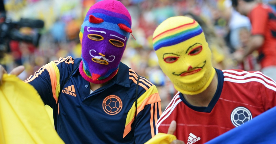 19.jun.2014 - Porque não basta investir nos uniformes coloridos. Estes colombianos não se contentaram com a diversidade de opções nas camisas da seleção e investiram em máscaras personalizadas e pra lá de chamativas