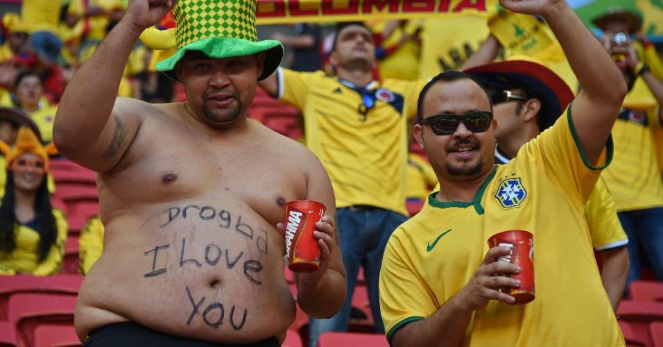 19.jun.2014 - Provavelmente Drogba não vai pendurar a foto desta homenagem recebida por um fã em Brasília na parede do seu quarto