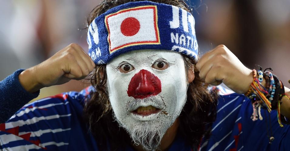 19.jun.2014 - Será uma fantasia de senhor Miyagi com a bandeira do Japão? De qualquer forma, este torcedor japonês foi bem criativo