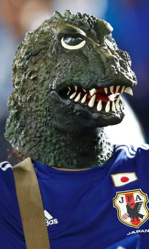 19.jun.2014 - Torcedor aposta na força do Godzilla no confronto contra a Grécia