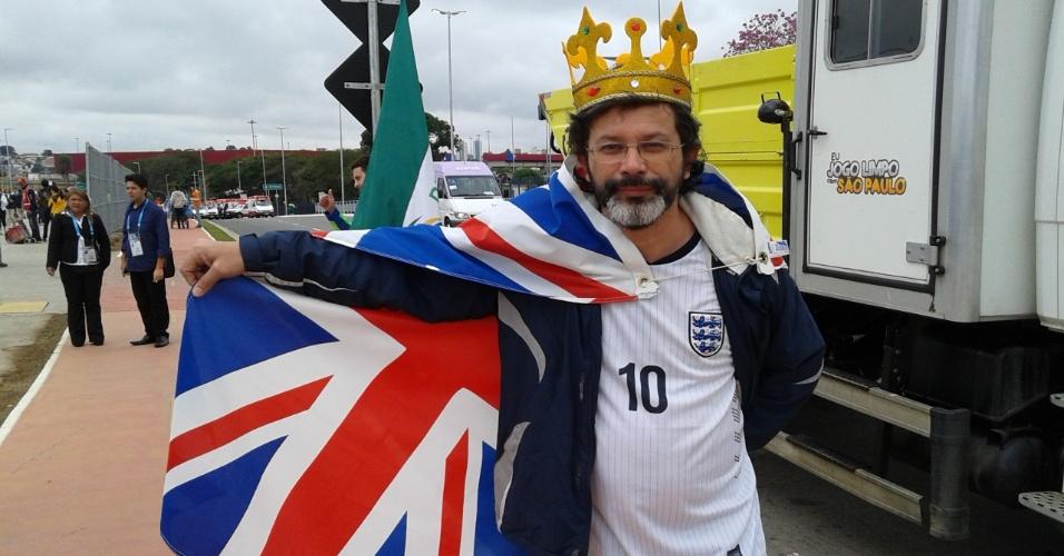 19.jun.2014 - Torcedor inglês posa com a bandeira antes de entrar no Itaquerão para jogo contra o Uruguai