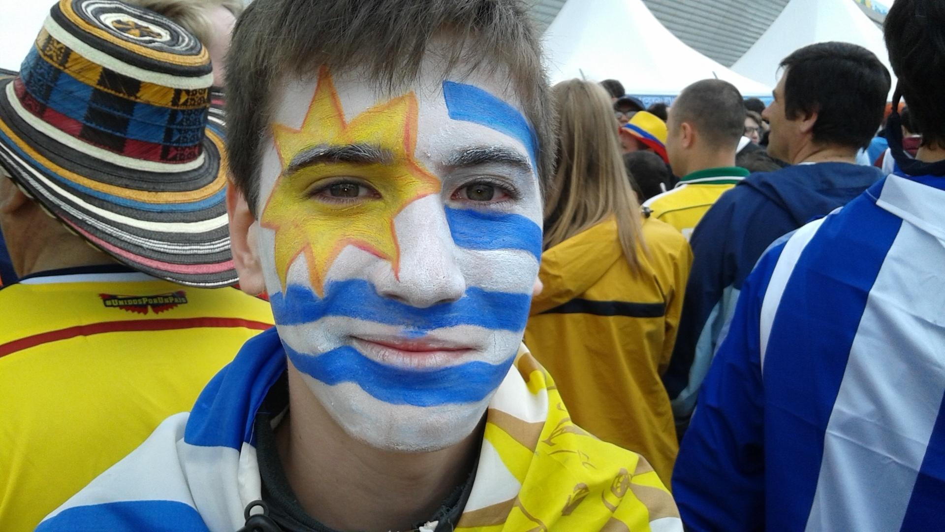 19.jun.2014 - Torcedor pinta o rosto com a bandeira do Uruguai antes do jogo contra a Inglaterra