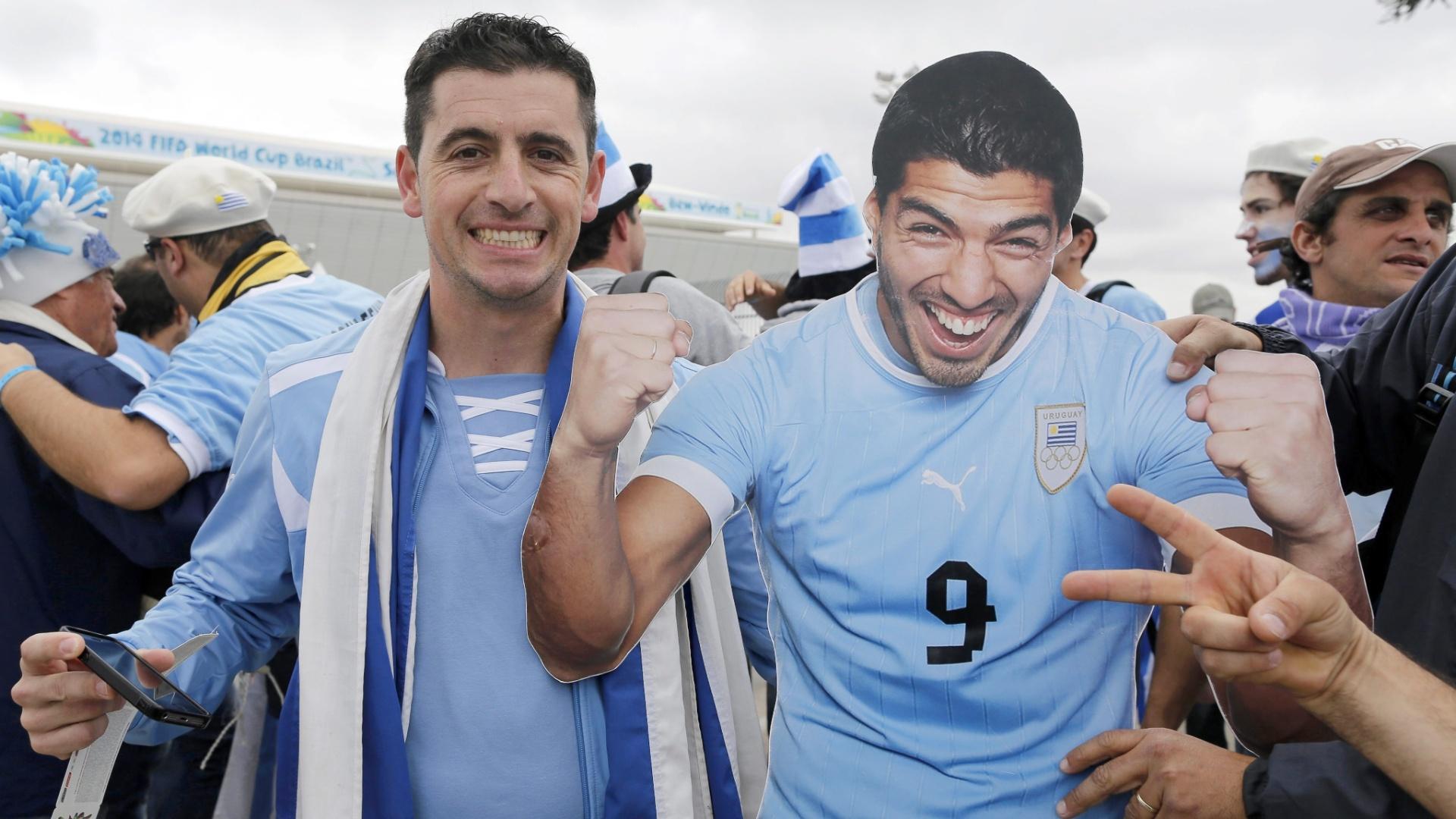 19.jun.2014 - Torcedor uruguaio leva cartaz gigante de Luiz Suárez para o Itaquerão