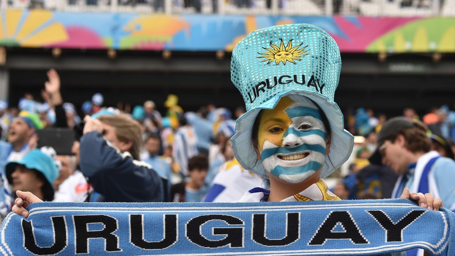19.jun.2014 - Torcedora exibe faixa com torcida para o Uruguai antes de jogo contra a Inglaterra