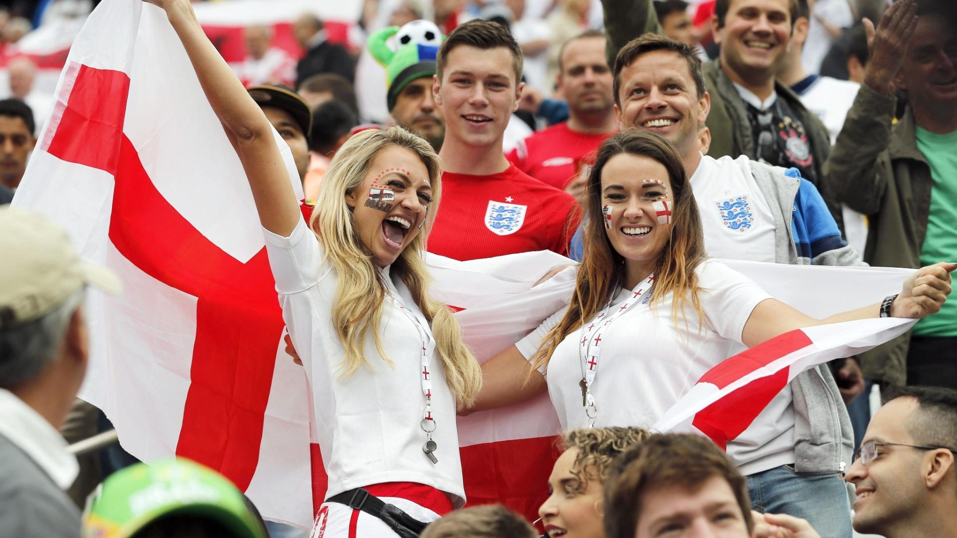 19.jun.2014 - Torcedoras da Inglaterra na arquibancada do Itaquerão antes de jogo contra o Uruguai