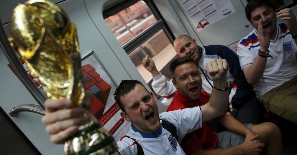 19.jun.2014 - Torcedores da Inglaterra no Metrô com destino ao Itaquerão