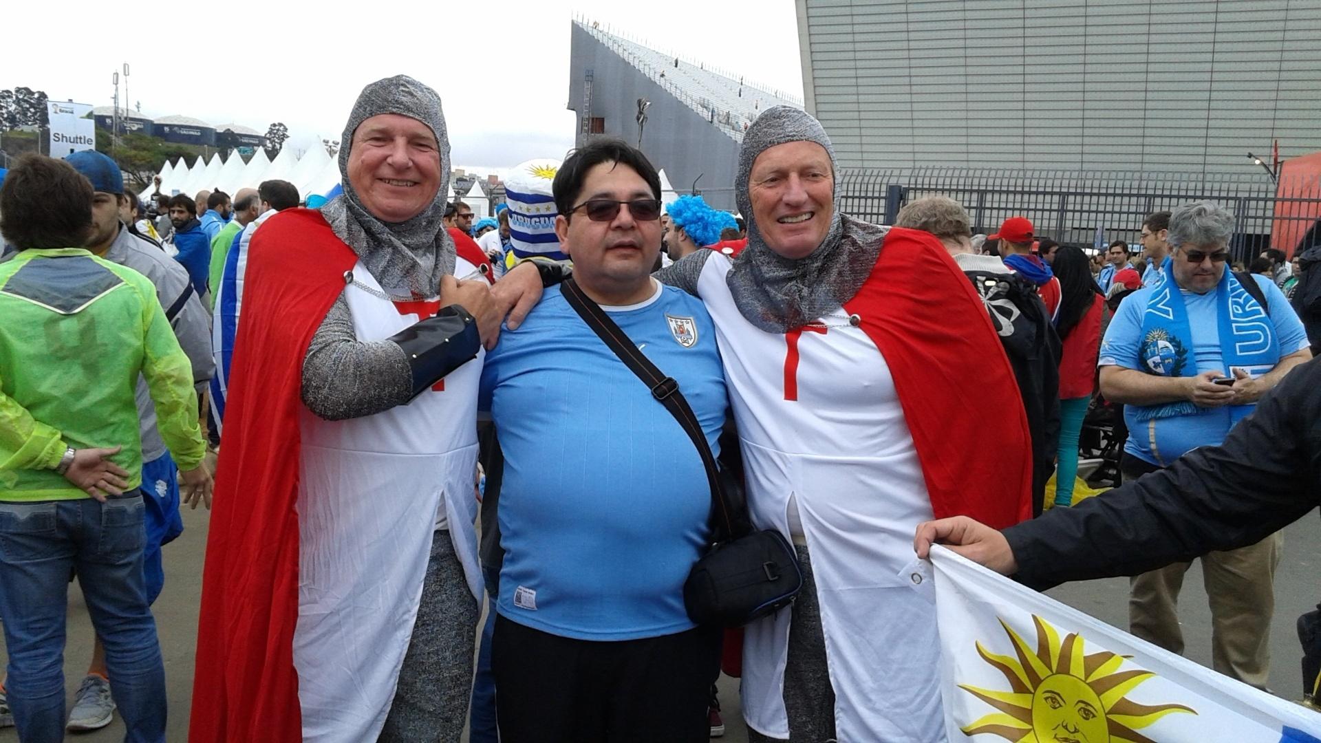 19.jun.2014 - Torcedores ingleses confraternizam com uruguaios antes de partida decisiva no Itaquerão