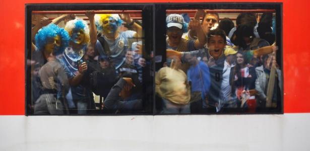 Torcedores do Uruguai lotam o trem rumo a Itaquera antes de jogo contra a Inglaterra