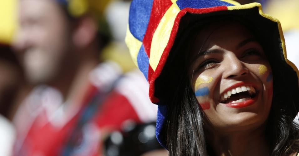 19.jun.214 - Torcedora da Colômbia usa chapéu temático e pinta o rosto com as cores do país