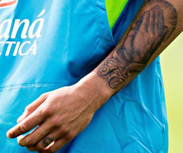 A temática religiosa é uma das mais comuns entre os tatuados da seleção, junto às homenagens à família. Na imagem, o atacante Neymar