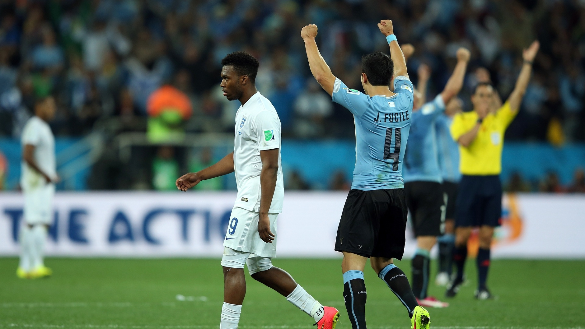 19.jun.2014 - Alegria dos uruguaios contrasta com a tristeza inglesa na vitória dos sul-americanos por 2 a 1 no Itaquerão