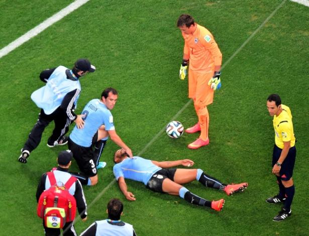 Álvaro Pereira aguarda atendimento médico no gramado do Itaquerão após levar joelhada no rosto