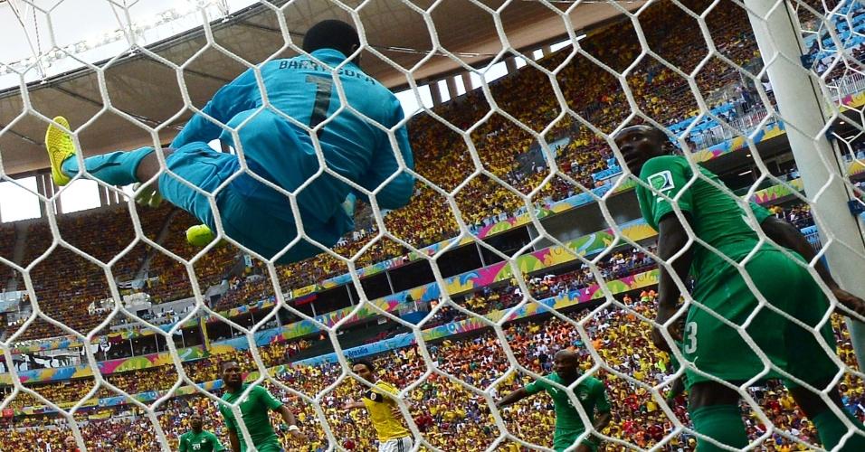 Apesar de voar, goleiro Boubacar Barry não evita o primeiro gol da Colômbia, no Mané Garrincha