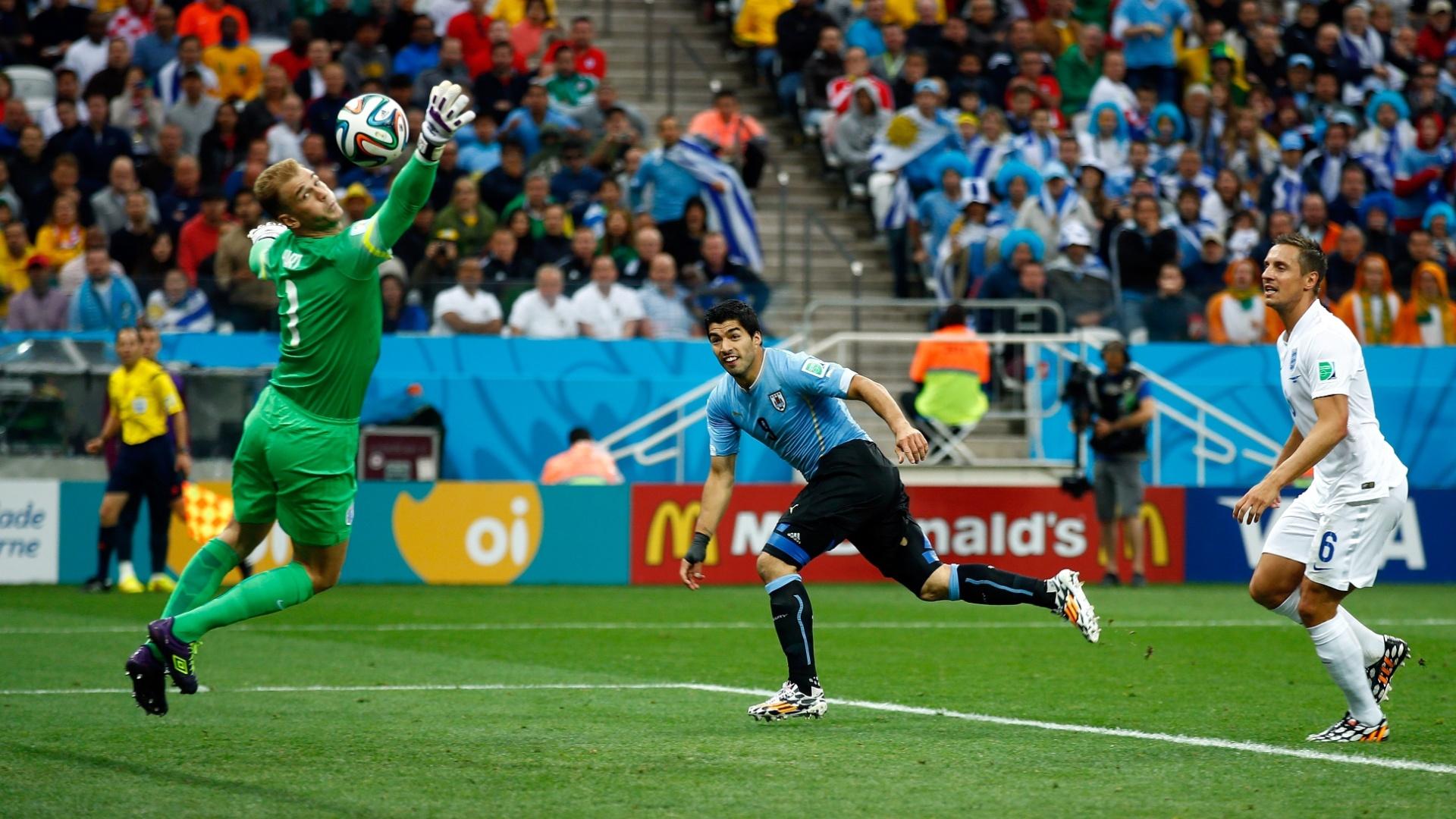19.jun.2014 - Atacante Luis Suárez recebe cruzamento de Cavani e desvia de cabeça para colocar o Uruguai na frente do placar contra a Inglaterra