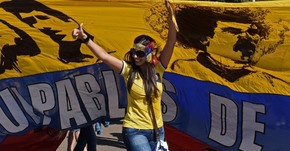 Bela torcedora da Colômbia chega animada ao estádio Mané Garrincha