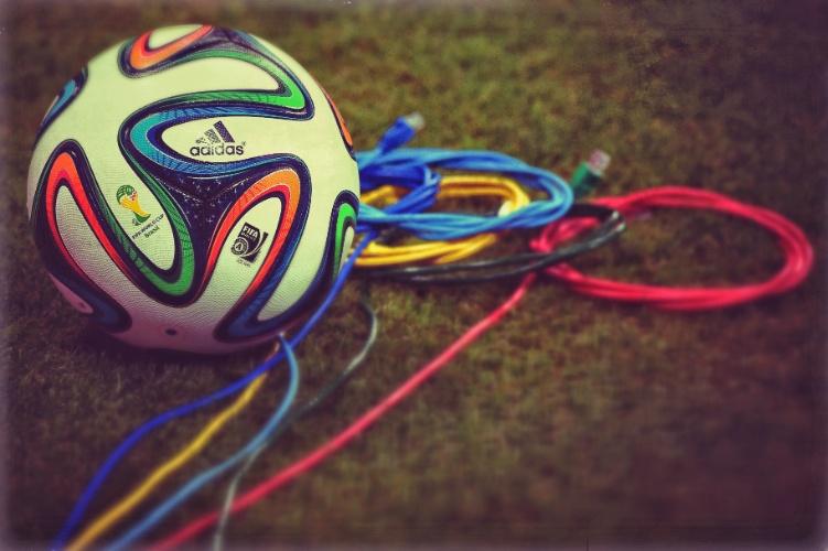 Bola da Copa e cabos no gramado da Fonte Nova antes de Espanha x Holanda