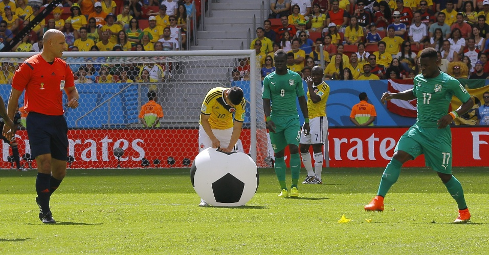 Bola gigante interrompe jogo entre Colômbia e Costa do Marfim, no Mané Garrincha