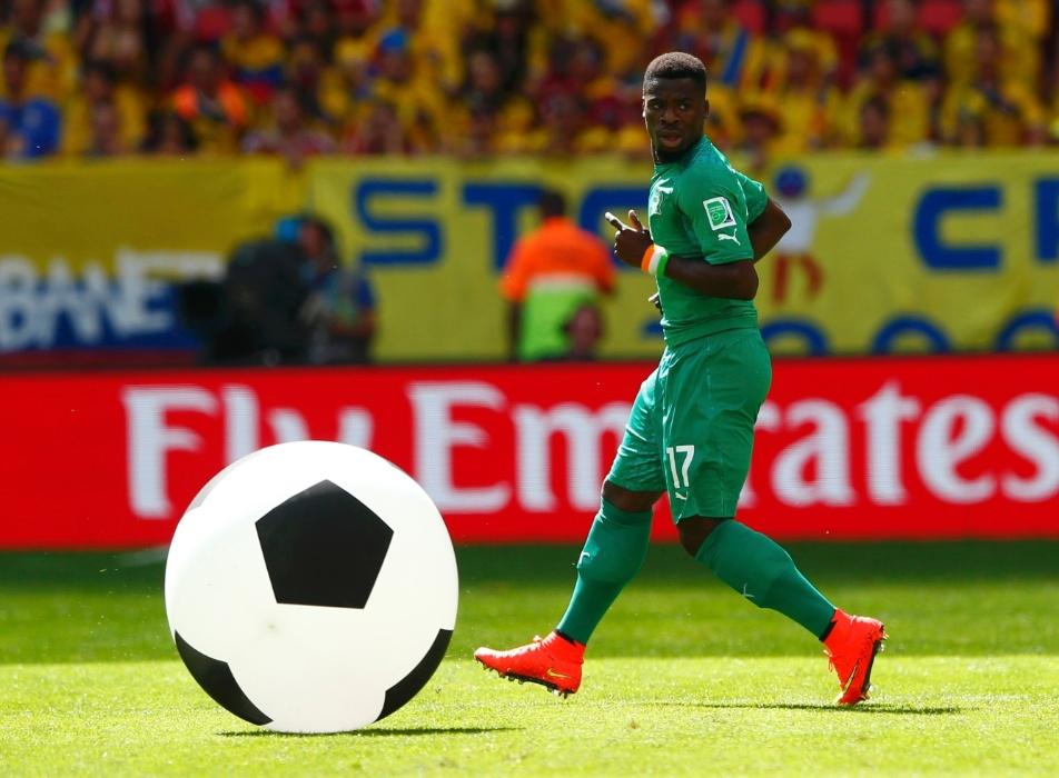 """Bola gigante """"invade"""" gramado do Mané Garrincha durante partida entre Costa do Marfim e Colômbia"""