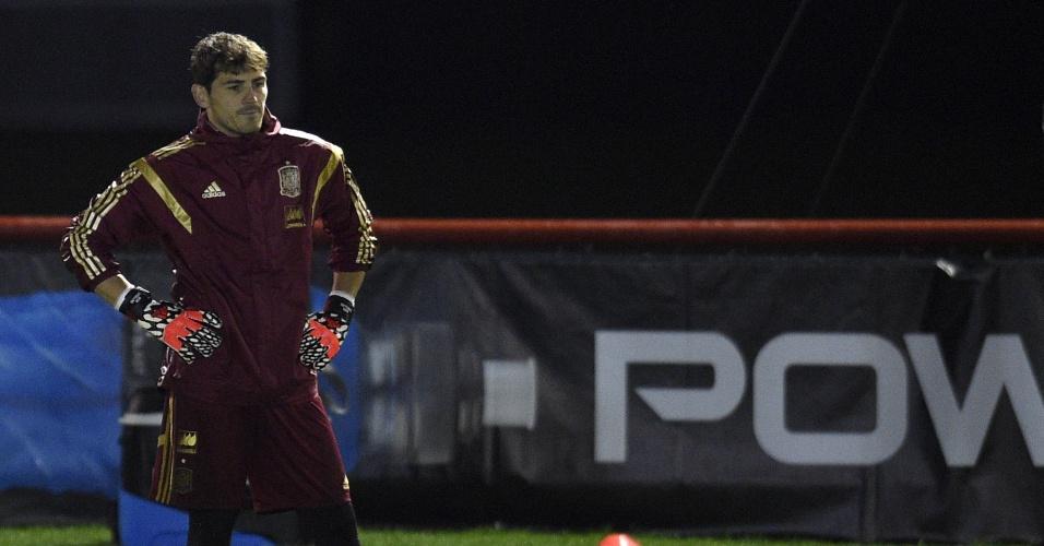 Cabisbaixo, goleiro Casillas participa de treinamento da seleção espanhola em Curitiba