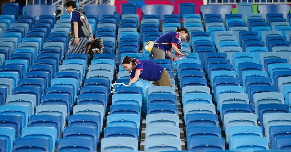 Cadeiras da Arena das Dunas já vazias, e japoneses seguem recolhendo o lixo
